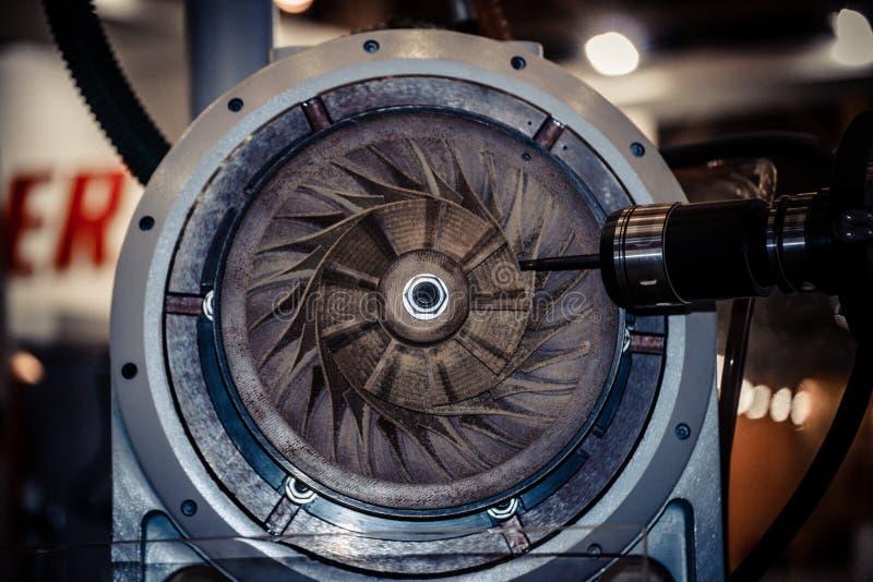 Osi maszyna dla przerobu podstawowych części wysokie prędkości podczas mielenia zdjęcia stock