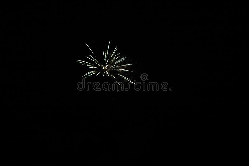 Osiem kolorowych fajerwerków na czarnym tle zdjęcia stock