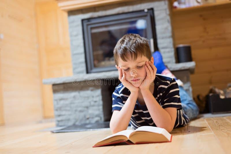 Osiem lat chłopiec czyta książkę obraz royalty free