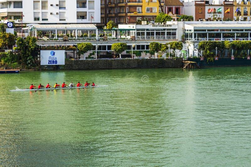 Osiem osoba z coxswain wioślarską łodzią w Alfonso XII kanale obrazy stock