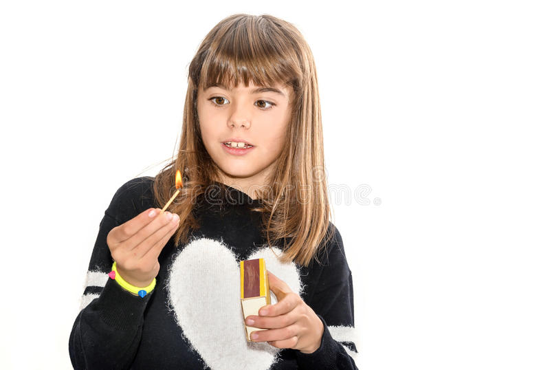 Osiem roczniaka dziewczyna bawić się z dopasowaniami odizolowywającymi na bielu zdjęcie royalty free