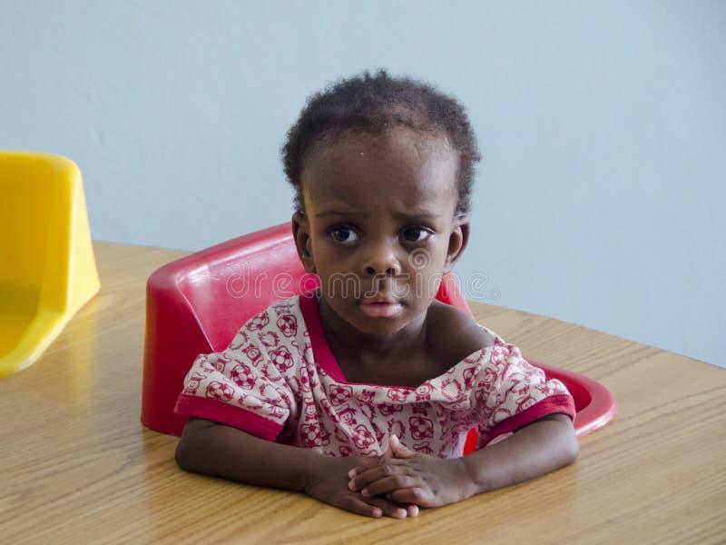 Osierocona dziewczyna w Haiti szkole fotografia stock