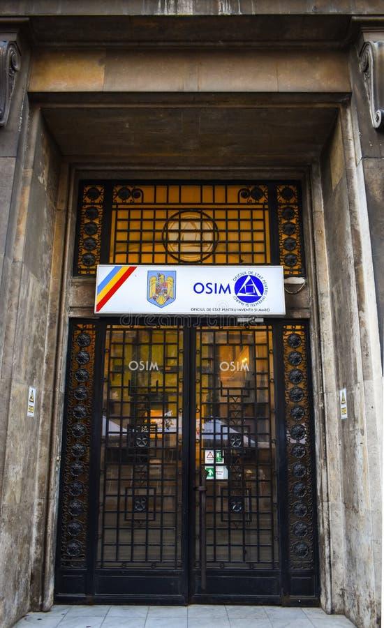 OSIM Bucharest, tillståndskontor för uppfinningar och varumärken eller Oficiul de Statistik pentruInvenții și Mărci OSIM-dörrbane arkivbild
