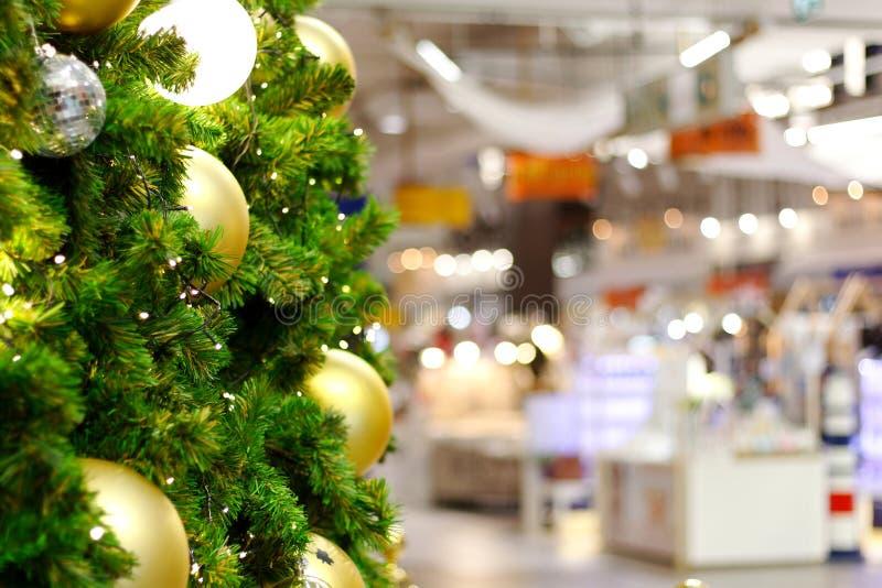 Oskärpa i köpcentra med juldekorationer royaltyfria foton