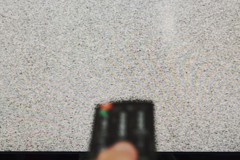 Oskarp fjärrkontroll för handpresstelevision för sökande av signalen royaltyfri foto