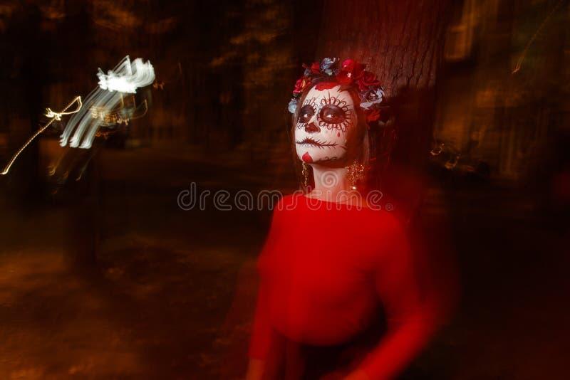 Oskarp kropp och röd lykta med en målad framsida av ett skelett en död levande död, i staden under dagen anda för dag allra, dag  royaltyfria foton