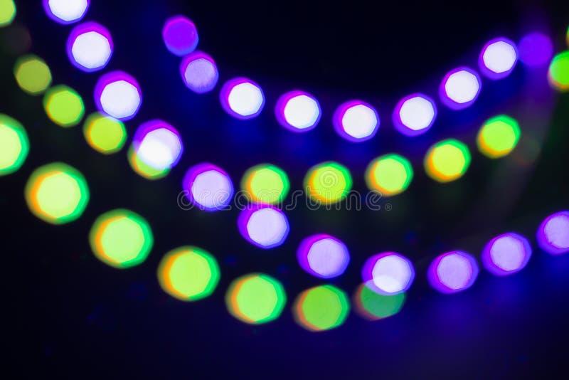 Oskarpa bokehljus för purpurfärgat grönt neon festlig vinter f?r bakgrund royaltyfria foton