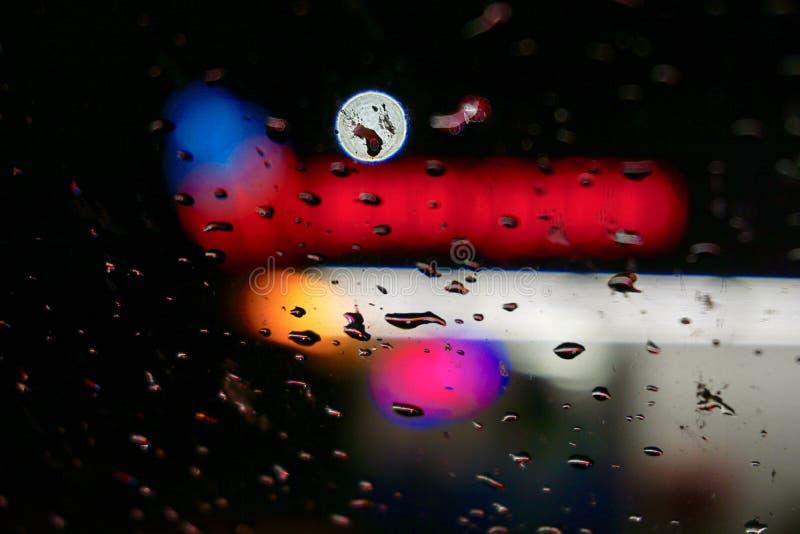 Oskarpa ljus under en regnig natt royaltyfri fotografi
