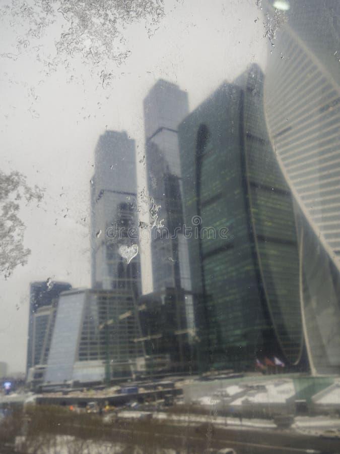 Oskarpa skyskrapor med exponeringsglasfasader Abstrakta moderna byggnader yttre design, sikt från fönster royaltyfria bilder
