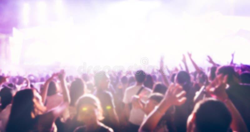 Oskarpt av konturer av konsertfolkmassan på den bakre sikten av festivalen royaltyfri foto