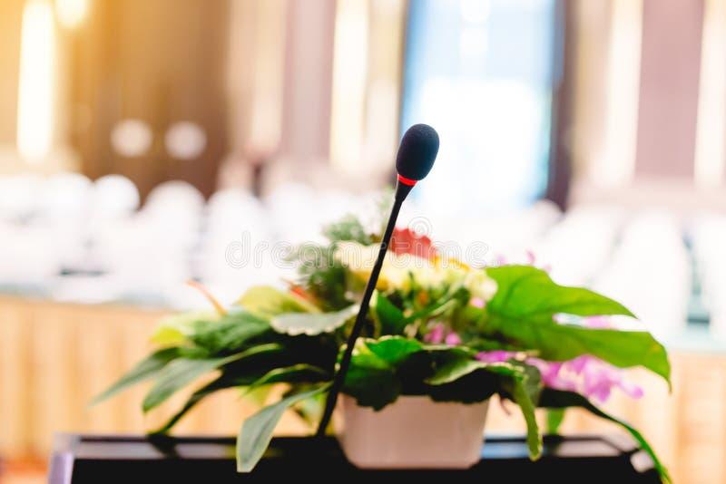 Oskarpt av mikrofonen i en salong för aktieägares möte royaltyfria bilder