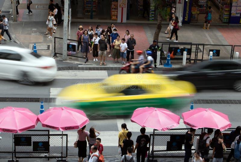 Oskarpt av rörande bilar kör till och med korsningen royaltyfria foton