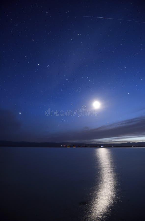 Oskarpt månsken med en meteor royaltyfri bild