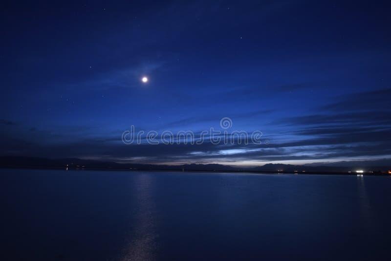 Oskarpt månsken på natten royaltyfri bild