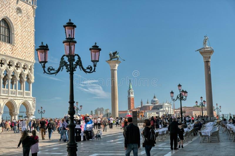 Oskrzydlony Wenecki lew ?wi?tobliwy Mark Marco przy piazza San Marco w Wenecja lub San fotografia royalty free
