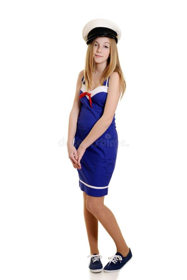 Oskyldig tonårig flicka i sjömandräkt arkivbild