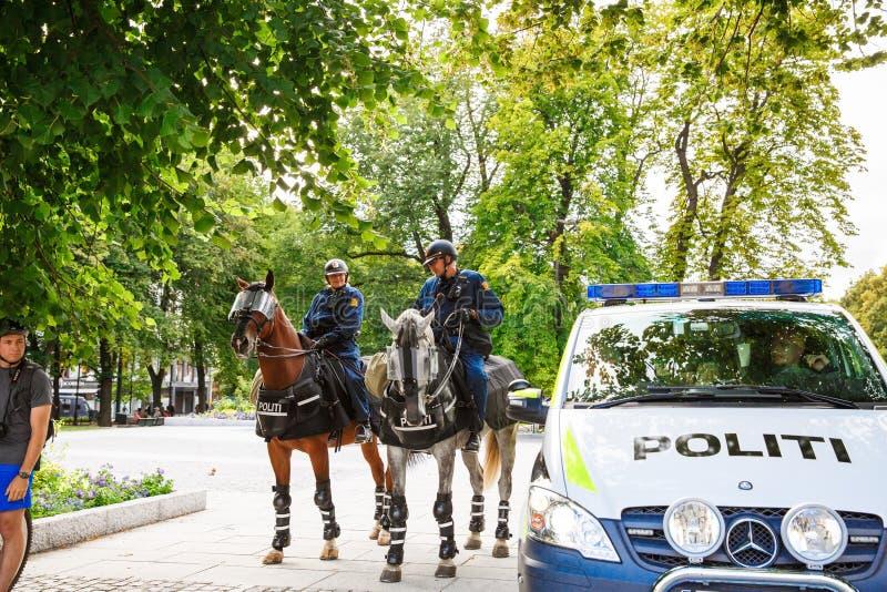 Oslo-berittene Polizei am Parlamentsgebäude und -demonstration stockfotografie