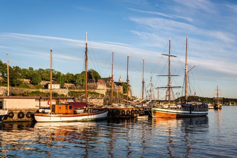 Oslo-Hafen und Akershus-Festung lizenzfreie stockfotos