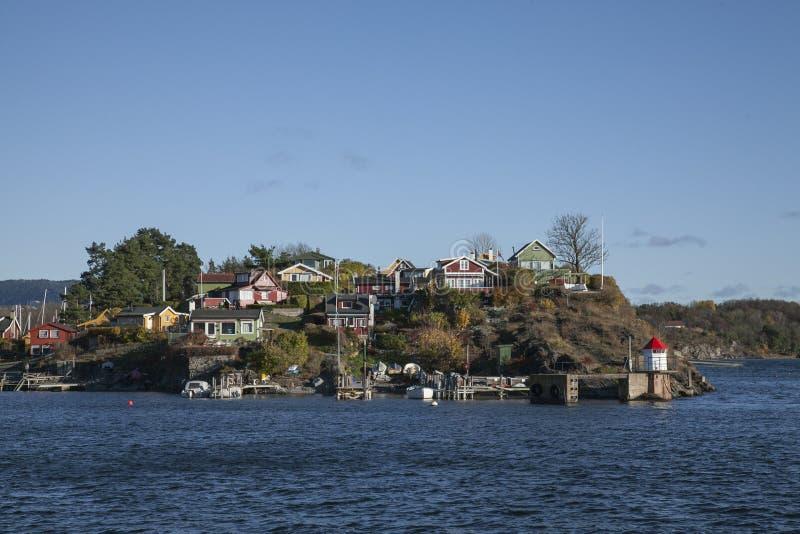 Oslo - navigazione su un fiordo - una piccola isola fotografia stock libera da diritti