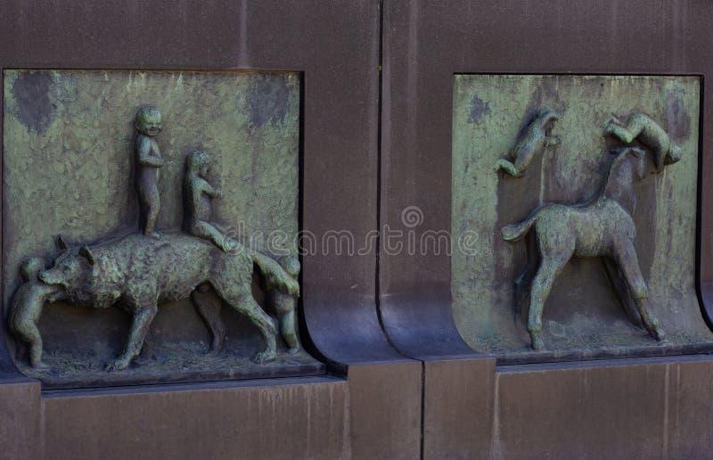Oslo Noorwegen - 22 juni 2019: Hulp van Wolf en jonge geitjes en Paard en jonge geitjes op muur van Fontein in Vigeland-Park royalty-vrije stock afbeelding