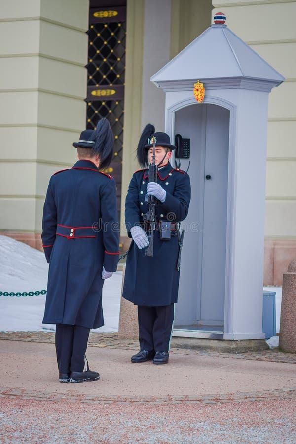 OSLO, NOORWEGEN - MAART, 26, 2018: Koninklijke Wachten in Royal Palace, officiële woonplaats van de huidige Noorse monarch stock afbeelding
