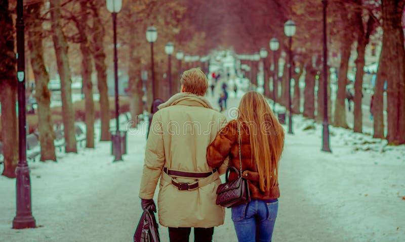 OSLO, NOORWEGEN - MAART 8, 2017: Openluchtmening van niet geïdentificeerd paar inlove in Vigeland-Park op een winderige de winter stock afbeeldingen