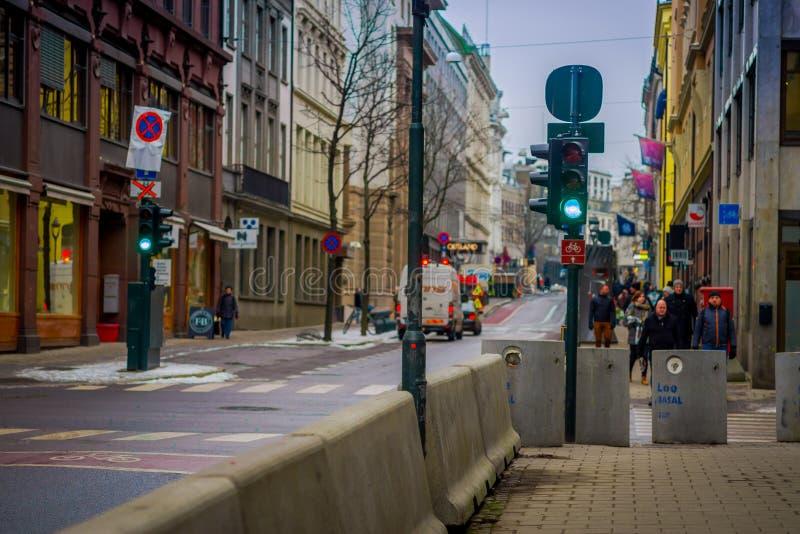OSLO, NOORWEGEN - MAART, 26, 2018: Openluchtmening van verkeerslichten in de straten van de stad van Oslo, in de Zomer laat Avond stock afbeeldingen