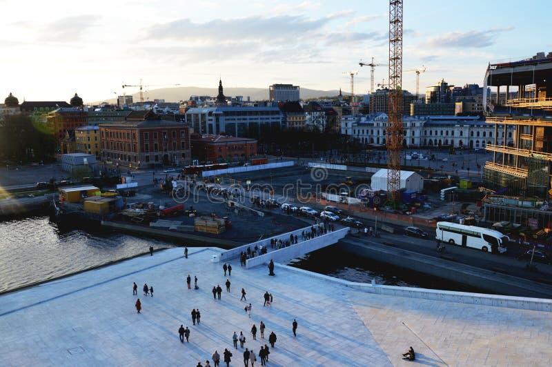 Oslo, Noorwegen Toeristen en plaatselijke bewonersgang in de straten van het de stadscentrum van Oslo royalty-vrije stock foto