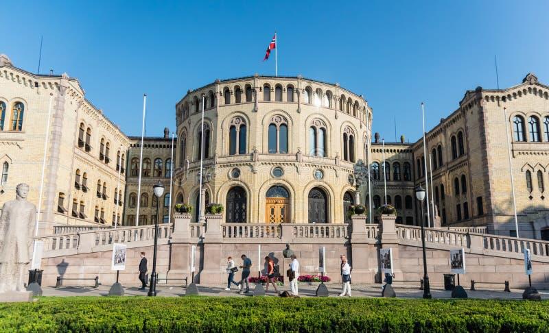 Oslo, Norge-Aug 27, 2019: Storting building eller Stortingsbygningen med norsk flagg i centrala Oslo royaltyfria bilder