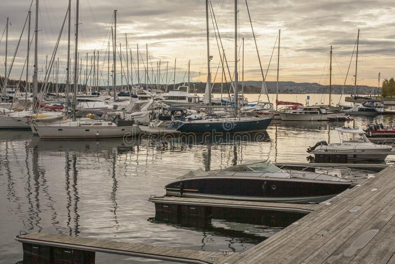 Oslo Norge, Europa - små fartyg i marina - solnedgång royaltyfri fotografi