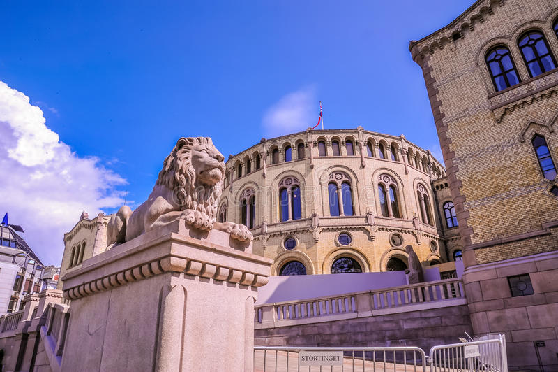 OSLO NORGE - JULI 2015: Lejonscultpurestatyer nära den Karl Johans porten i staden av Oslo, Norge royaltyfri fotografi