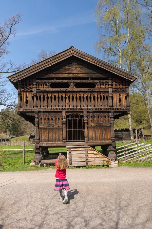 Oslo Norge, Maj 6 2016, gammalt lagringshus i norskt kulturellt museum royaltyfri fotografi
