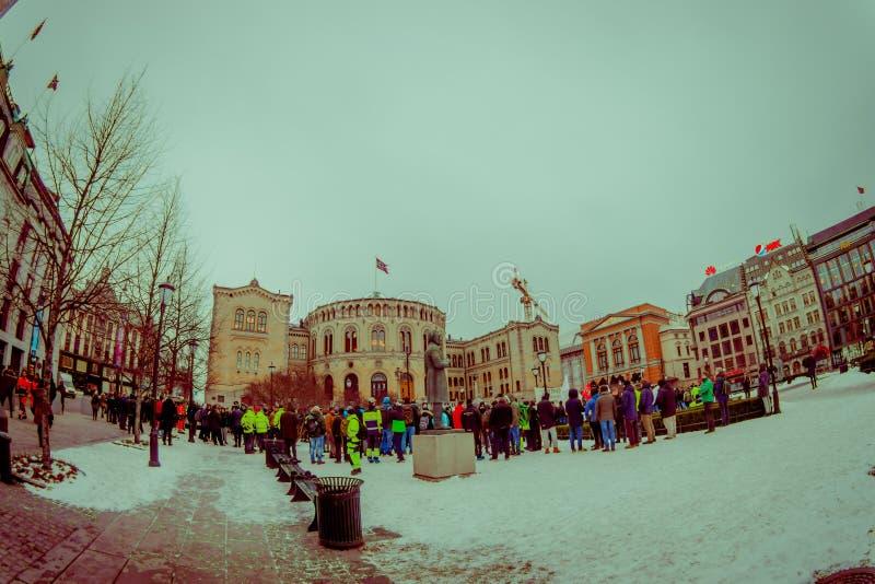 OSLO NORGE - MARS, 26, 2018: Utomhus- sikt av oidentifierat folk på den lokala protesten framme av norrmannen royaltyfri bild