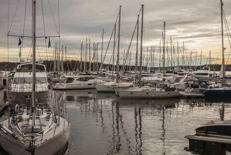 Oslo Norge - små fartyg i marina royaltyfri foto