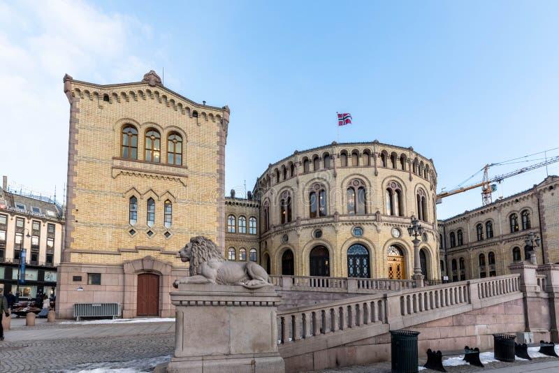 Oslo, Noruega - 16 de março de 2018: Exterior do parlamento de Noruega em Oslo, Noruega A estátua do leão na parte dianteira foto de stock