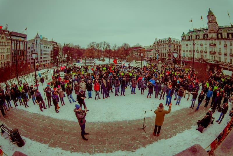 OSLO, NORUEGA - MARZO, 26, 2018: Muchedumbre de gente en la protesta local delante del edificio noruego del parlamento imagen de archivo libre de regalías