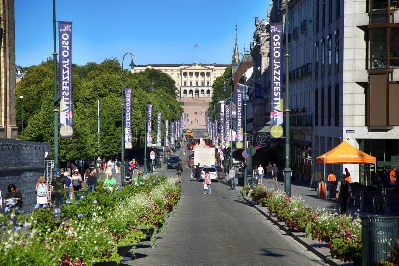OSLO, NORVÈGE - 17 AOÛT 2016 : La rue principale Karl Johans d'Oslo de promenade de personnes au centre avec Royal Palace à l'arr photographie stock