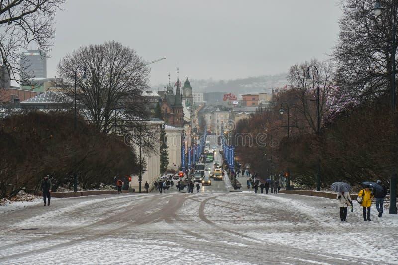 Oslo/Norvège - 9 décembre 2019 : les gens sur le passage couvert au palais royal dans le jour neigeux photographie stock