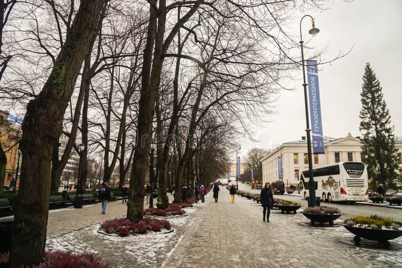 Oslo/Norvège - 1er décembre 2018 : les gens marchent sur le sentier piéton pour apprécier leurs vacances à Oslo dans le jour neig image libre de droits