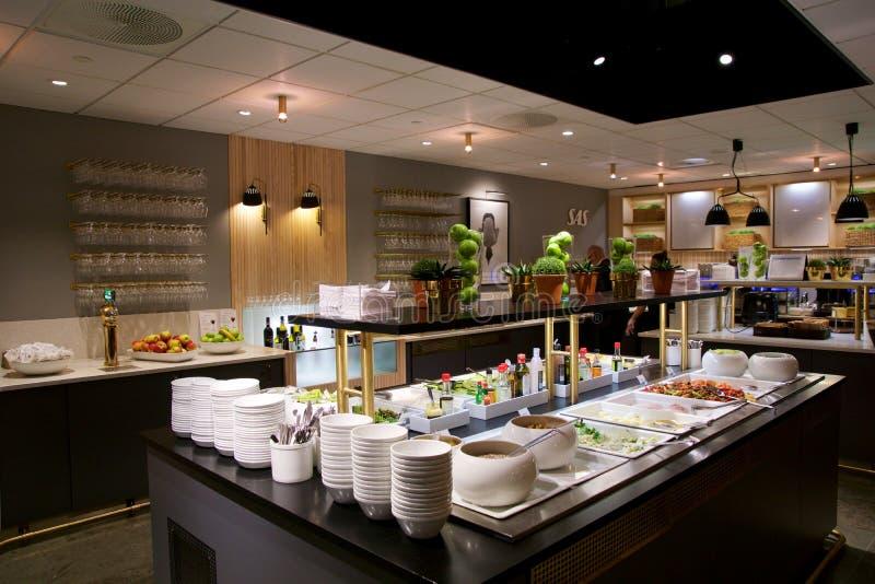 OSLO, NORVÈGE - 21 janvier 2017 : intérieur de salon de classe d'affaires d'aéroport de SAS, buffet et secteur de consommation da photographie stock