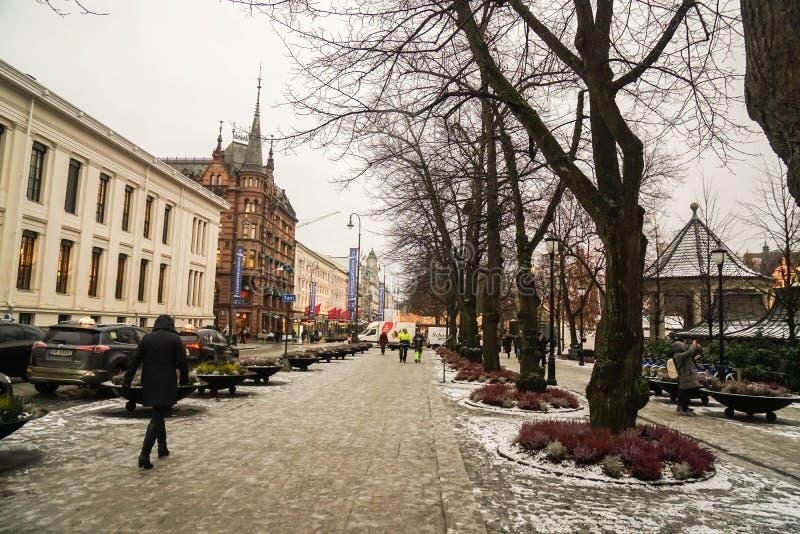 Oslo/Norv?ge - 1er d?cembre 2018 : les gens marchent sur le sentier pi?ton pour appr?cier leurs vacances ? Oslo dans le jour neig photos libres de droits