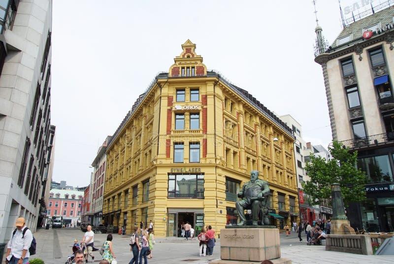 Oslo, Norvegia - 2 febbraio 2010: statua di Christian Krohg al portone di Karl Johans Costruzione del centro commerciale sul pedo immagini stock libere da diritti