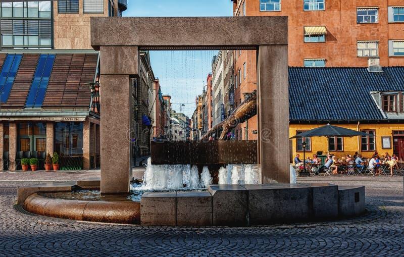 OSLO, NORVEGIA - 26 LUGLIO 2013: Guanto della fontana di Hansken con una scultura della mano di re Christian IV, indicante la pos immagine stock