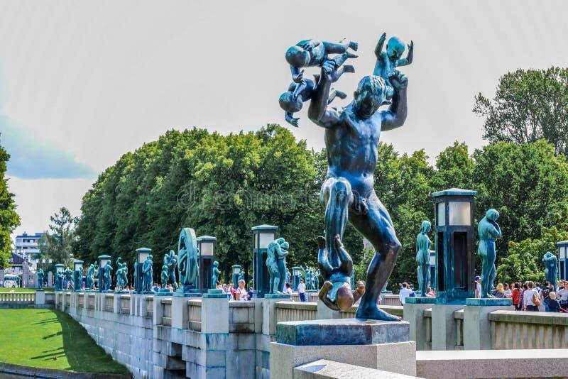 OSLO, NORVEGIA - LUGLIO 2015: Le statue di Scultpure e la fontana in Vigeland Scultpure parcheggiano a Oslo, Norvegia immagini stock libere da diritti