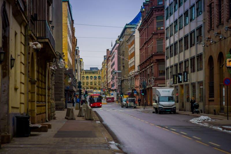 OSLO, NORVEGIA - 26 MARZO, 2018: Vista all'aperto di camminata e dell'automobile della gente vicino ai semafori nelle vie di Oslo immagini stock libere da diritti