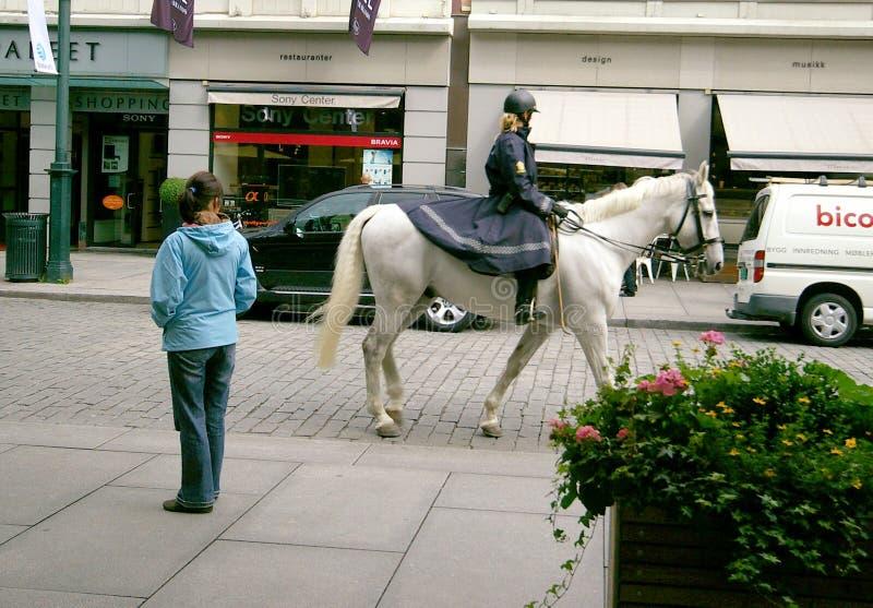 Oslo Norvegia Poliziotta montata fotografie stock