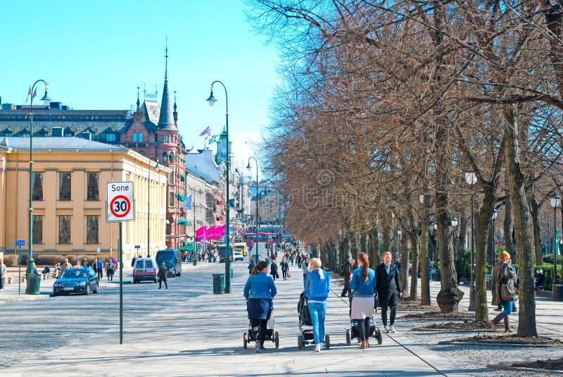 Oslo norwegen Leute auf Karl Johans Gate stockbilder