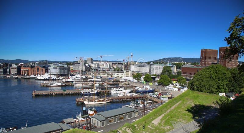 OSLO, NORWEGIA †'SIERPIEŃ 17, 2016: Widok panorama na Oslo Harbo obraz royalty free
