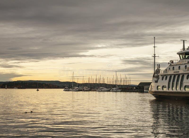 Oslo, Norwegia - łodzie i promy w porcie obrazy stock