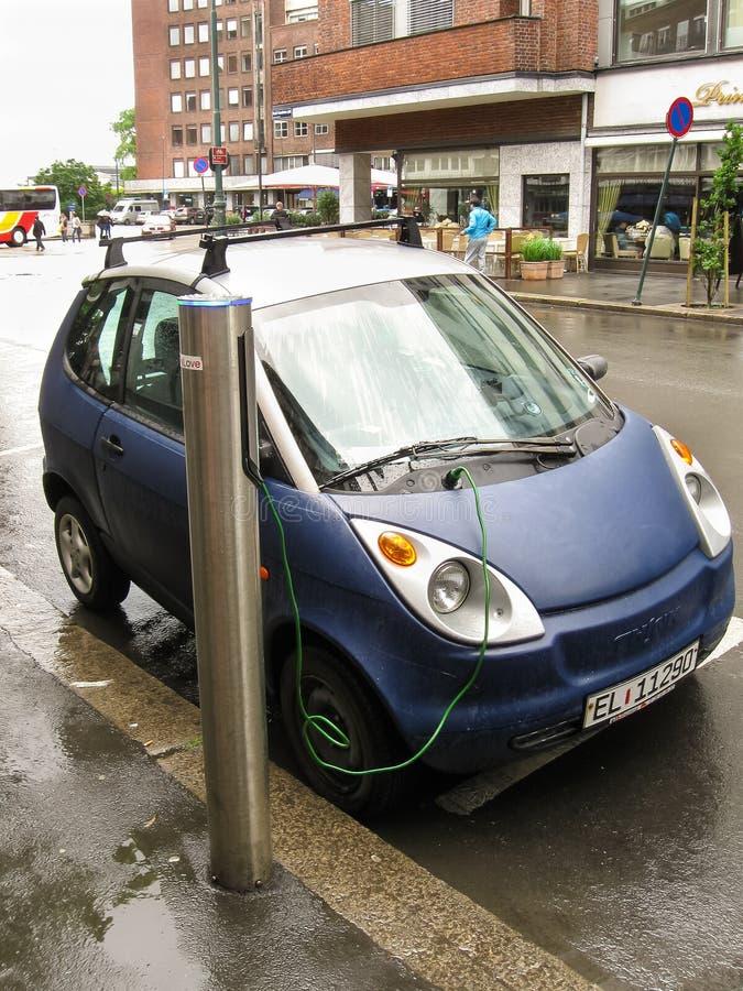 Oslo, Norwegia -06 24 2012: błękitny elektrycznego samochodu ładować zdjęcie royalty free